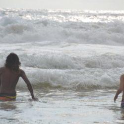 Indul a szörfözés tanítás az óceánban