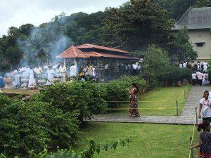 Füstölő gyújtás, Kandy (Fotó: Várszegi Eszter)