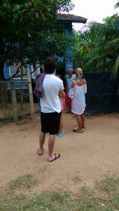 Pali bemutatja a Help-falut a terápiára érkező hozzátartozóknak (Fotó: Hárs Anna)